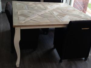 steigerhouten tafel met mozaïek blad en wit onderstel