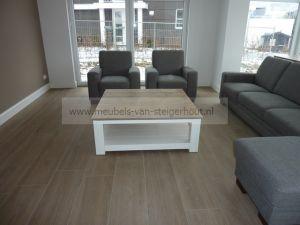 salontafel van steigerhout met wit onderstel