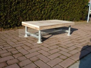 salontafel van steigerhout en steigerbuizen frame
