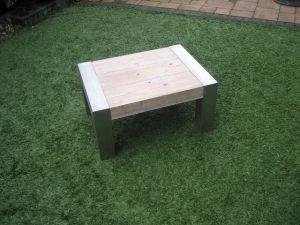 salontafel van steigerhout met rvs zijkanten