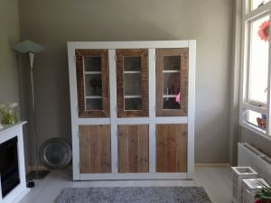 Kast van steigerhout met glasdeuren en ral9010 wit ombouw