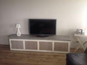 tv-meubel van steigerhout met witte ombouw