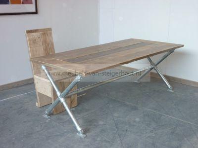 tafel van steigerhout in verstek met onderstel van steigerbuis