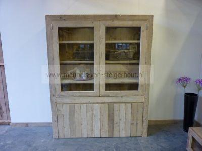 wandkast van steigerhout met glasdeuren