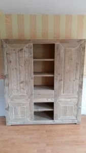 kast van steigerhout met verstek deuren