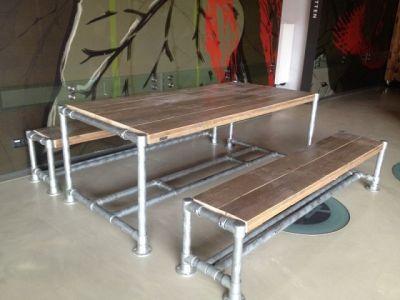 tafel van steigerhout met steigerbuizen ondestel