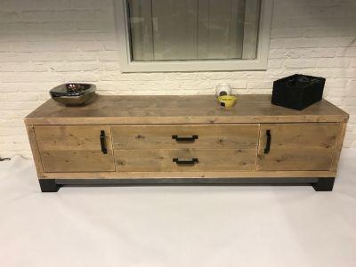 tv-meubel van steigerhout met stalen onderstel
