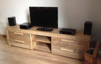 tv-meubel van steigerhout in verstek