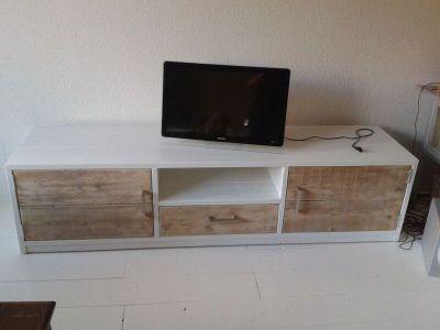 tv-meubel van steigerhout met wit ombouw