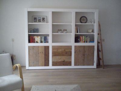 wandkast met steigerhouten deuren en lades en wit ombouw