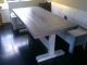 tafel in verstek van steigerhout met witte t-poten onderstel